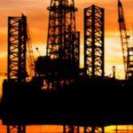 Нефть в пятницу дешевеет после роста накануне, цена Brent – ниже $52,9 за баррель