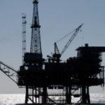 Нефть слабо дешевеет после скачка накануне