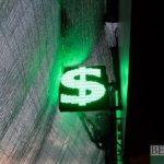Доллар опустился ниже 77 рублей