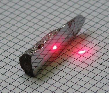 кристалл селенида висмута после скола по плоскости спайности, размер кристалла около 6 см, предоставлено О. Е. Терещенко