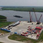 На причале Амурского ГПЗ разгружают крупнотоннажное оборудование для IV линии завода