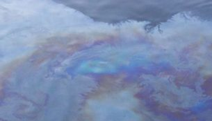 разлив нефти масляная пленка на воде