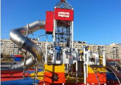 Малые архитектурные формы в виде буровых вышек, штанговых гидронасосов и установок по переработке сырья в Волгограде
