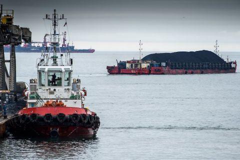 самоходная баржа с углем, порт «Шахтерск»