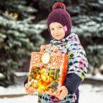 Омский НПЗ передал новогодние подарки в детские дома и школы-интернаты региона