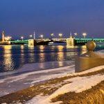 Дворцовый мост в Санкт-Петербурге предстал в весенних праздничных цветах