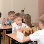 Главный инженер Белоярской АЭС Юрий Носов сыграл партию в шахматы с чемпионом детсада