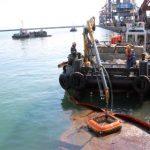 В акватории Туапсинского порта ликвидируют разлив нефтепродуктов